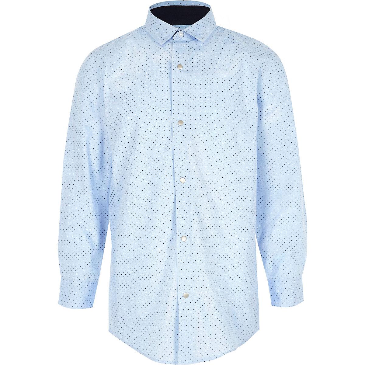 Hellblaues, gepunktetes Hemd
