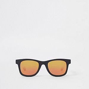 Schwarze Retro-Sonnenbrille mit roten Gläsern