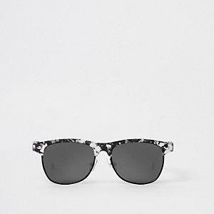 Witte retro zonnebril met marmereffect en platte bovenkant voor jongens