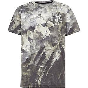 Kaki T-shirt met camouflage- en vlekkenprint voor jongens