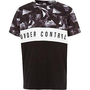 Zwart T-shirt met kleurvlakken en 'Under control'-print voor jongens