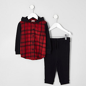Outfit mit rotem, kariertem Hoodie und Jogginghose