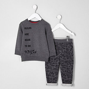 "Graues Sweatshirt mit ""rules""-Druck als Outfit"