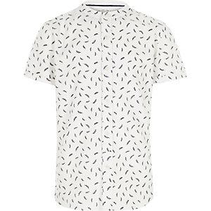 Chemise blanche manches courtes à col grand-père motif plume pour garçon