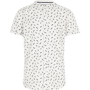 Witte overhemd zonder kraag met korte mouwen en verenprint voor jongens
