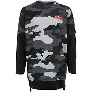 Blaues T-Shirt im Lagenlook mit Camouflage-Muster