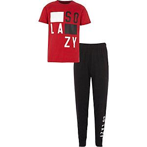 Rode pyjamaset met 'so lazy'-print voor jongens