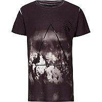 Schwarzes T-Shirt mit Logo auf der Brust