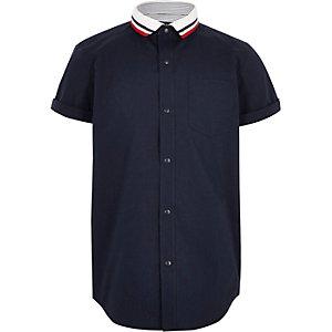 Marineblauw gebreid overhemd met gestreepte kraag voor jongens