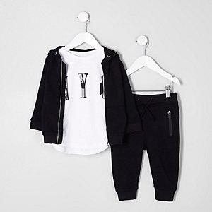 Outfit mit T-Shirt, Hoodie und Jogginghose