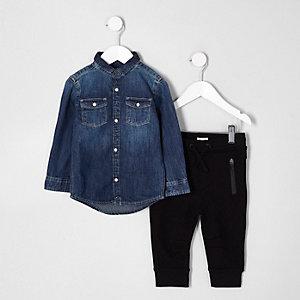 Outfit mit blauem Jeanshemd und Jogginghose