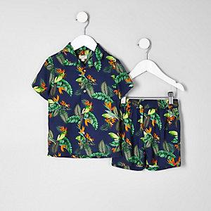 Outfit mit marineblauem Hemd mit tropischem Print