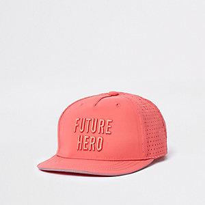 Mini - Koraalrode platte pet met 'future hero'-print voor jongens