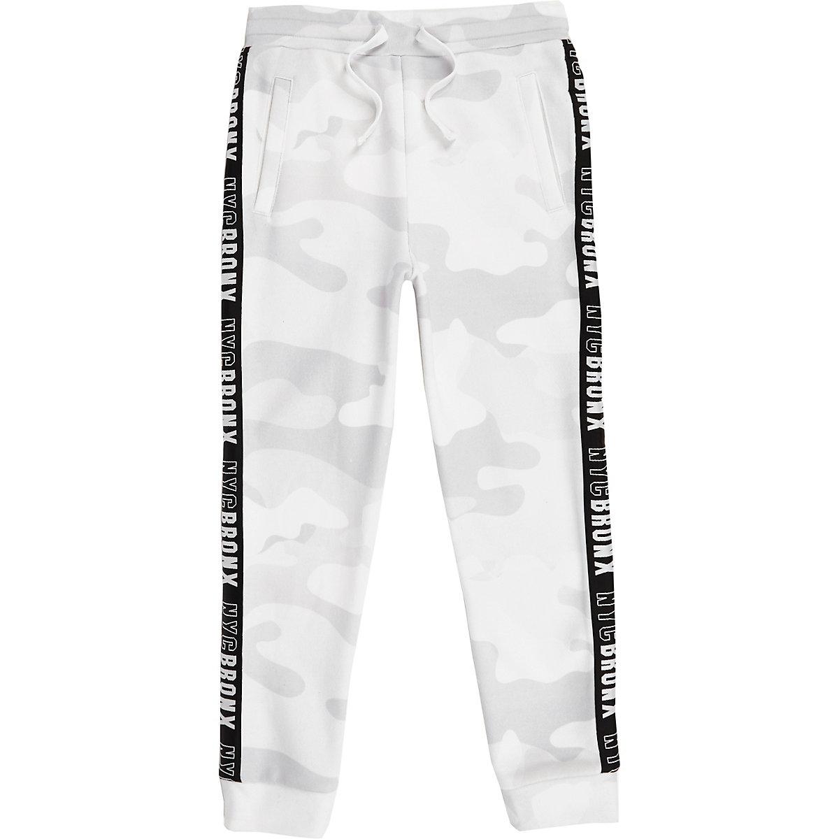 Weiße Camouflage-Jogginghose mit seitlichen Streifen