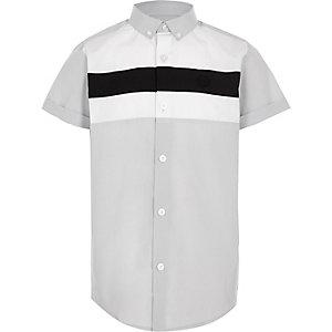 Grijs overhemd met korte mouwen en contrasterend detail voor jongens