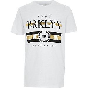 Wit T-shirt met 'Brklyn'-folieprint voor jongens