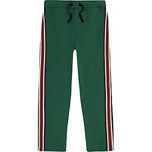 Grüne, gestreifte Jogginghose