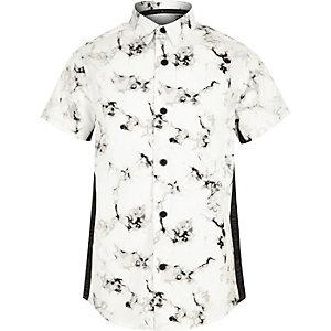Chemise blanche à bande imprimé marbré pour garçon