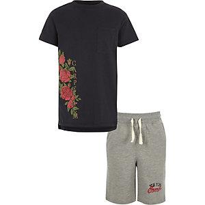 Outfit met marineblauw T-shirt met bloemen- en 'carpe diem'-print voor jongens