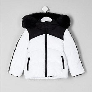 Weißer, wattierter Mantel mit Kunstfellkapuze