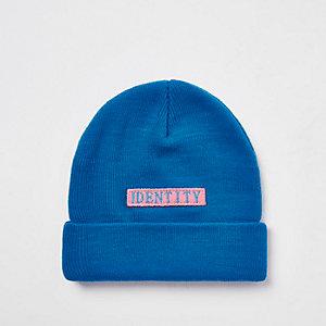 Be Inclusive - Blauwe beanie met 'Identity'-print