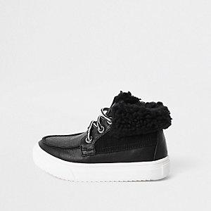 Schwarze Stiefel mit Fellbesatz