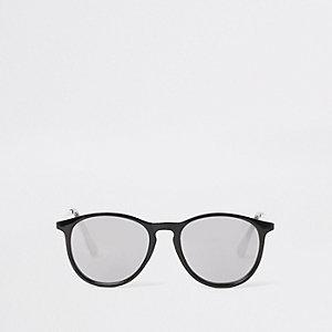 Schwarze Retro-Sonnenbrille mit rauchgrauen Gläsern
