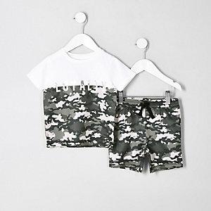 Outfit mit weißem T-Shirt mit Camouflage-Muster