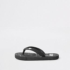 Hype – Schwarze Flip Flops mit Farbspritzdesign