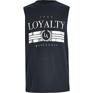 Marineblauw hemdje met 'Loyalty'-folieprint voor jongens