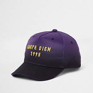 Paarse ombre pet met 'Carpe Diem'-print voor jongens