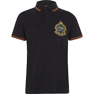 Marineblauw geborduurd poloshirt met badge en contrasterend randje voor jongens