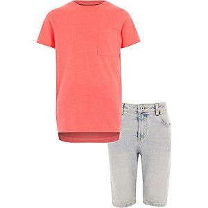 Outfit met koraalrood T-shirt en denim short voor jongens