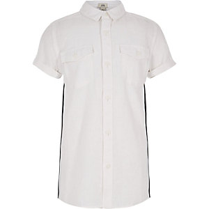 Weißes, kurzärmeliges Hemd