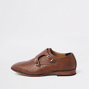 Bruine puntige schoenen met overslaggesp voor jongens