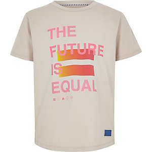 Be Inclusive - Kiezelkleurig T-shirt met print