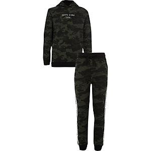 Outfit met kaki 'carpe diem' hoodie met camouflageprint voor jongens