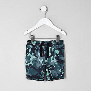 Blaue Shorts mit Camouflage-Muster