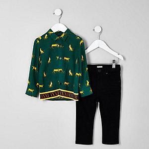 Outfit mit grünem Hemd mit Print und Jeans