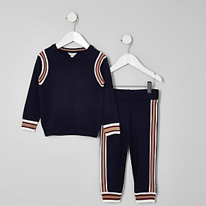 Outfit mit marineblauem Pullover und Jogginghose
