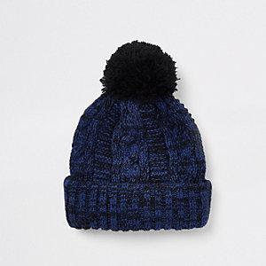 Blaue Strickmütze mit verdrehtem Design
