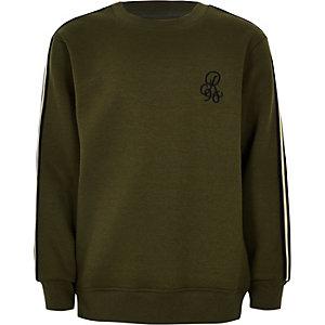 Kakigroene pullover met bies opzij en 'R96'-print voor jongens
