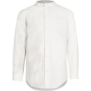 Wit jongensoverhemd zonder kraag met geborduurde wesp