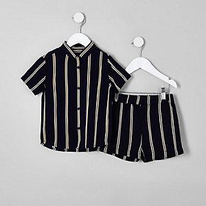 Outfit mit marineblauer, gestreifter Shorts