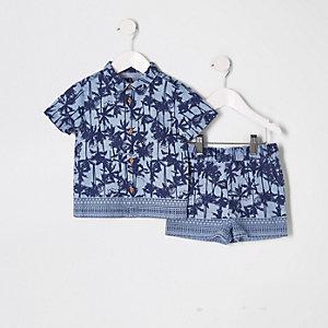Outfit mit blauem T-Shirt mit Palmen-Print