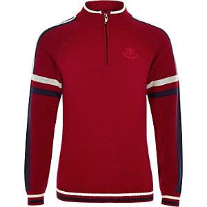 Roter Pullover mit Tunnelkragen