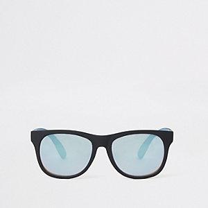Schwarze Retro-Sonnenbrille mit blauen Gläsern