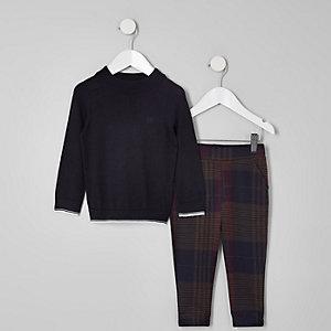 Outfit mit marineblauem Pullover mit Zierstreifen