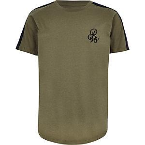 Kakigroen T-shirt met bies en 'R96'-print op de mouwen voor jongens