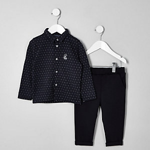 Outfit mit marineblauem Jacquard-Hemd